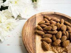 Lakridsmandler er den nemmeste og sprødeste snack! Få opskriften på sunde saltede mandler med lakridspulver - både pande og ovn.