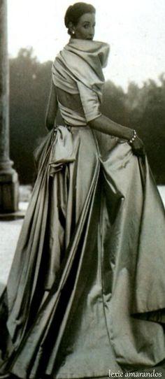 Babe Paley in Dior. total opulence in abundant satin. Vintage Dior, Moda Vintage, Vintage Gowns, Vintage Couture, Vintage Glamour, Vintage Vogue, Vintage Outfits, Vintage Hats, Christian Dior