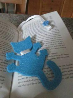 Gatinho leitor Felt Bookmark, Bookmark Craft, Diy Bookmarks, Corner Bookmarks, Fabric Crafts, Sewing Crafts, Sewing Projects, Paper Crafts, Cat Crafts