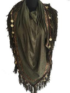 Suedine driehoek sjaal / omslagdoek met panterprint, bedels en leren franjes