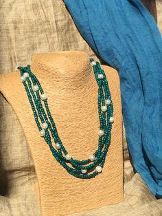 Collar de varias vueltas con rocallas verdes y perlas intercaladas. Multiple strand necklace with green beads and pearls.