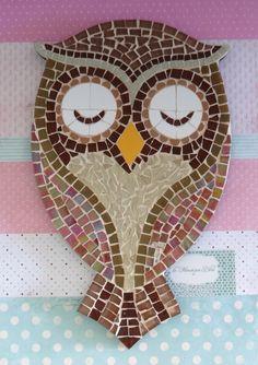 Quadro de Mosaico Coruja Emily. <br>Design exclusivo, feito pela mosaicista Tainah Neves. <br> <br>Mosaico feito à mão com Pastilhas de Vidro, Pastilha Cristal, Azulejo, Pastilha Porcelana. <br> <br> <br> <br>Dimensões: 34 cm x 21 cm, espessura 1,3 cm. Owl Mosaic, Mosaic Birds, Mosaic Art, Mosaic Glass, Stained Glass Designs, Mosaic Designs, Mosaic Patterns, Mosaic Crafts, Mosaic Projects