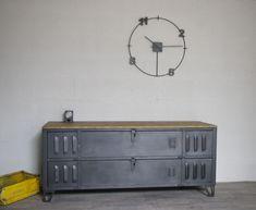 Meuble tv industriel télé conçu à partir d'un ancien vestiaire 2 portes mis à l'horizontal et entièrement restauré, fabrication artisanal de qualité