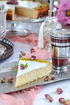 Je ne vous raconte pas qu'est ce qu'elle est bonne cette basboussa à la crème, en plus c'est une recette extra facile. La première fois que j'avais réalisé la recette il y a quelques années, c'était avec de la ichta, et je n'avais pas le moule à génoise ou comme on aime l'appeler le moule magique. Flan, Vanilla Cake, Brick, Desserts, Salad, Kitchens, First Time, Recipes, Pudding