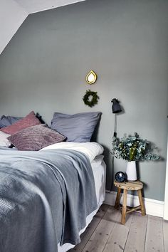 A bedroom with calm colours with the grey-green wall and rosa cushions. Gray Bedroom, Grey Bedding, Bedroom Colors, Modern Bedroom, Bedroom Decor, Bed Design, House Design, Scandinavian Bedroom, Nordic Bedroom