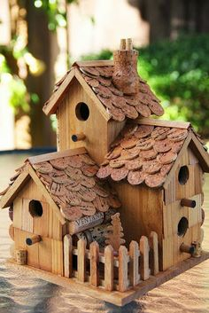Recycle Reuse Renew Mother Earth Projects: how to make a wine cork Fairy/ birdhouse Bird House Plans, Bird House Kits, Nest Design, Bird Houses Diy, Fairy Houses, Bluebird Houses, Decorative Bird Houses, Decorative Items, Cork Crafts