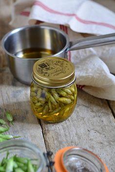 Des conserves de boutons floraux d'ail des ours au vinaigre à utiliser comme un condiment avec de la viande froide, de la charcuterie ou des salades.