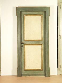 Riproduzione di una porta del '600 con cornici in foglia d'oro.