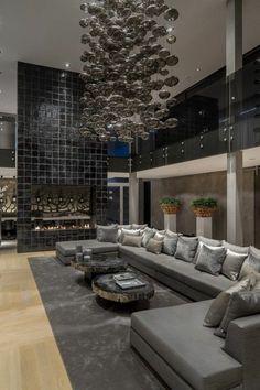 fruturistisches interior design kronleuchter steinwand sofa tische