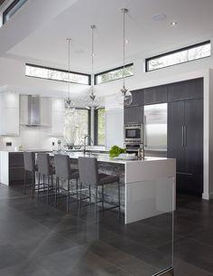 J'aime le contour des fenêtres noires...   Armoires de cuisine en chêne, thermoplastique et bois reclyclé Simard cuisine et salle de bains