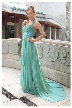 Combinar accesorios con un vestido verde esmeralda