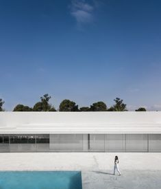 World Architecture Community News - Fran Silvestre Arquitectos completes Hofmann House with extruded roof in Valencia Minimalist House Design, Minimal Design, Minimalist Home, Modern House Design, Valencia, Farnsworth House, Journal Du Design, Box Houses, Dream Houses