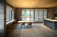 Wohnzimmer in Beton mit offener Küche in umgebautem Stall