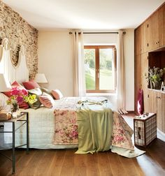 Un armario empotrado  Y que ocupa toda la pared, permite ganar el máximo espacio para el resto de muebles. En este caso, el armario se ha al...
