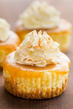Mini cheesecakes with caramel sauce are so easy and delicious! The base is just 3 ingredients. Mini cheesecake cupcakes are excellent in flavor and te. Mini Cheesecakes, Mini Cheesecake Cupcakes, Mini Cheesecake Recipes, Mini Cupcakes, Caramel Cheesecake Bites, Homemade Cheesecake, Classic Cheesecake, Coconut Cupcakes, Keto Cheesecake