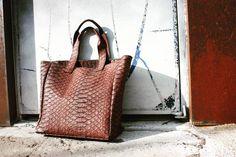 316labco:  featuring our #embossed #leather #bag that is on #sale till the 23rd!  악어 가죽의 느낌인 #가죽가방이  23일까지 세일! #ssg 뒷골목의 #thebaggi 를 찾아주세요 :) #design #studio #leather #design #clutch #fashion #brand #style #goods #instagram #instafashion #instadaily #dailylook #인스타그램 #인스타데일리 #청담 #성수동 #thebaggi #316labco #seoul #nyc #christmas #newyears #sale #연말 #세일 #압구정(서울 청담동에서)