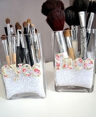 teen craft - DIY make up brush holder  Filler ideas: rice, coffee beans, glitter, fake snow, aquarium gravel, small pepples, sand, epsom salts, small shells, candle filler items,  Container ideas: pringle/nuts cans; baked bean cans;old candle glasses; thrift store wine glasses; garden store items; old mugs; etc Brushes Holders, Makeup Storage, Organizations Makeup, Makeupstorage, Makeup Brushes, Beauty, Diy, Storage Ideas, Crafts