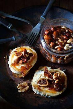 Paistettu Chevre hunajalla pähkinöitä.