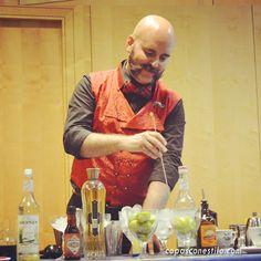 ¿Qué cóctel sorpresa estará preparando el bartender Manu Iturregi? En breve lo experimentaremos. #CopasConEstilo #Coctelería
