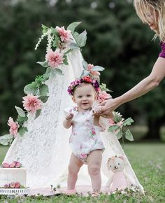 Birthday Girl Pictures, Baby Girl Pictures, First Birthday Photos, Baby Photos, Smash Cake Girl, Baby Girl Cakes, Diy 1st Birthday Decorations, Outdoor Cake Smash, 6 Month Baby Picture Ideas