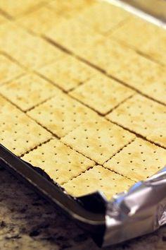 Saltine Cracker Candy, Saltine Cracker Recipes, Saltine Toffee Crackers, Ritz Cracker Toffee Recipe, Recipe Using Saltine Crackers, Toffee Cookie Recipe, Toffee Bark, Toffee Candy, Cookies