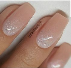 False nails have the advantage of offering a manicure worthy of the most advanced backstage and to hold longer than a simple nail polish. The problem is how to remove them without damaging your nails. Nail Lacquer, Nail Polish, Ambre Nails, Bridesmaids Nails, Bridesmaid Makeup, Bride Nails, Wedding Nails For Bride, Neutral Nails, Neutral Wedding Nails