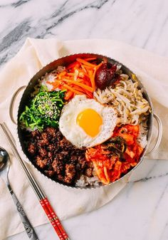 Easy Beef Korean Bibimbap Beef Bibimbap recipe by the Woks of Life puts a Korean classic within the grasp of any home cook. Our method takes about 45 minutes from start to finish. The post Easy Beef Korean Bibimbap & Ernährung appeared first on Food . Beef Recipes, Cooking Recipes, Healthy Recipes, Cooking Corn, Easy Korean Recipes, Healthy Food, Cooking Pumpkin, Cooking Steak, Cooking Turkey