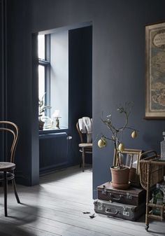 dark grey walls for a vintage yet modern house Blue Grey Walls, Dark Walls, Purple Grey, Light Wooden Floor, Living Room Decor, Living Spaces, Living Rooms, Turbulence Deco, Ideas Hogar