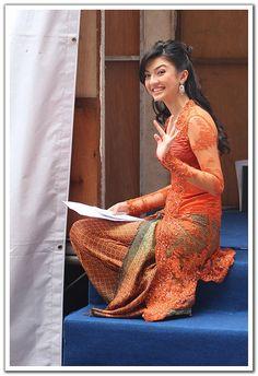 Raline Shah in Orange Kebaya