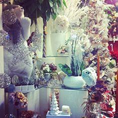 13 dicembre: vetrine vestite a festa. Vi propongo la vetrina di un bellissimo fioraio torinese. La padrona mi ha vista fotografare la vetrina e mi ha sorriso.