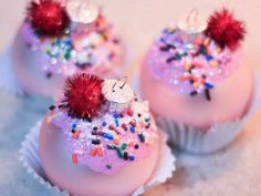 Glittery Cupcake Ornaments: Glittery DIY cupcake ornaments with icing on top are easy to make and look good enough to eat. Glittery DIY cupcake ornaments with icing on top are easy to make and look good enough to eat. Christmas Cupcakes, Diy Christmas Ornaments, Holiday Crafts, Christmas Time, Christmas Decorations, Ornaments Ideas, Beaded Ornaments, Felt Christmas, Homemade Christmas
