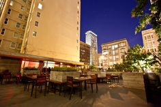 San Francisco is not crowded with rooftop bars like New York City, but you can find some really great places to enjoy a cocktail with friends or plan a romantic night for your date. If you love to watch the sunset and admire the landscape, check outSan Francisco's top