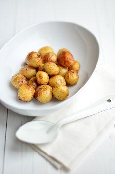 Een lekker en simpel bijgerecht zijn deze geroosterde Parmezaan aardappeltjes uit de oven.
