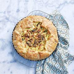 Deze hartige taart met gehakt en bladerdeeg is eenvoudig te maken. Verrassend is dat ook de kids dit recept erg lekker vinden. Je kan ook andere groenten...