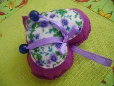 MissFelicidade Lembrancinhas-Atelier da Tati: Coração de feltro e fitas lindo para chaveiro ou pendurar no carro