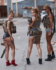 teen guy hairstyles Women in the military . Women with guns . Girls with weapons Teen Guy Hairstyles, Mädchen In Uniform, Look Rockabilly, Tough Girl, Female Soldier, Military Girl, Warrior Girl, Military Women, N Girls