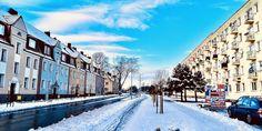 Słońce oświetla na chwilę ulicę miasta i odsłania niezwykły kolor nieba. #city #snow #sun #colours #photography #mobile #winter #zima Street View