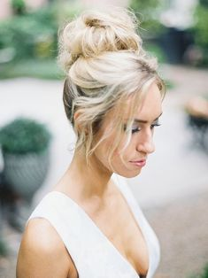 Hoge knot als bruidskapsel: De mooiste voorbeelden virtualhairstyles Virtual Hairstyles, Hairstyles With Bangs, Braided Hairstyles, Wedding Hairstyles, Bridal Hairstyle, Bridal Hair Buns, Bridal Makeup, Wedding Styles, Long Hair Styles