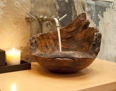 Waschbecken Holz + Wasserhahn aus Wand