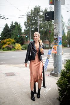 Bardot Slip Dress Styled for Fall by top Seattle tall fashion blogger, Whit Wanders. The slip dress is one piece that transitions from season to season. Slip dresses were all the rage during Summer and this trend is here to stay. Click to find out how I transition my favorite Bardot slip dress into Fall! Slip Dress Outfit, Black Slip Dress, Winter Dress Outfits, Casual Dress Outfits, Fashion Outfits, Outfit Vestidos, Looks Dark, Mode Inspiration, Vintage Style Outfits