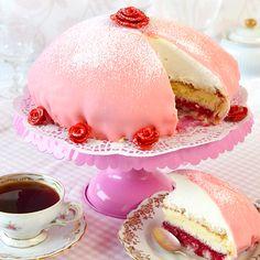 Ljuvligt god prinsesstårta med hallon och vaniljkräm.