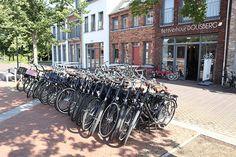 Wist je dat je bij Dormio Resort Maastricht fietsen kunt huren op het resort?🚲 Bij fietsverhuur Dousberg staan de fietsen al klaar voor een leuke tocht door de stad Maastricht en de omgeving. Een leuk uitje voor het hele gezin! 👨👩👦 Met 10 minuten fietsen sta je op het Vrijthof en met ongeveer een half uurtje fietsen sta je midden in het Zuid-Limburgse heuvellandschap. ⛰ Wil je meer informatie over de fietsroutes? Bij de Dousberg fietsverhuur en de receptie vertellen ze je graag… Resorts, Street View, Vacation Resorts, Beach Resorts, Vacation Places