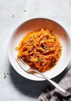 These sweet potato noodles are so easy and a fun way to eat more vegetables. Garlicky sweet potato noodles take the place of traditional pasta in this healthy recipe, for a more filling and nutriti… Best Vegetarian Recipes, Vegetarian Entrees, Real Food Recipes, Healthy Recipes, Sweet Potato Noodles, Veggie Noodles, Sweet Potato Spiralizer Recipes, Best Thanksgiving Side Dishes, Garlic Butter Sauce