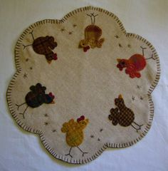 Wool Applique Quilts, Wool Applique Patterns, Wool Quilts, Felt Applique, Penny Rug Patterns, Print Patterns, Fabric Crafts, Sewing Crafts, Chicken Quilt