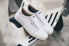 全新 Vans Skate Team 設計的鞋款, 鞋面由高韌性的麂皮搭配重磅帆布而成, 側身經典 Sidestripe 水波紋, 鞋頭向上延伸覆蓋的包邊設計是 STYLE 112 的復古特色。 本鞋款也運用旗下科技 UltraCush HD 鞋墊提供避震緩衝能力, Duracap 耐磨橡膠強化耐用度,提供極限運動玩家更多選擇。
