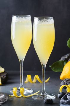 Light, bubbly and oh so refreshing. Great for your weekend brunch or special celebration. Craft Cocktails, Summer Cocktails, Alcoholic Drinks, Beverages, Lemon Flowers, Alcohol Drink Recipes, Fruit Dishes, Signature Cocktail, Diy Food