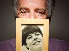 E Milena chora...  Sylvio Massa e a foto da mulher. No sebo Baratos da Ribeiro, ele reencontrou a dedicatória que escreveu para a falecida esposa em um livro de J.D. Salinger, em 1966  Foto: Leonardo Aversa / Agência O Globo