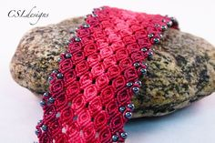 In this tutorial I show you how to make a rosebud micro macrame bracelet. Please feel free to give it a go yourself and I hope you enjoy. T-pins on Amazon: h...