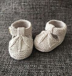 Sandalias de bebé tipo patucos a dos agujas | Manualidades Knitted Baby Boots, Baby Booties Knitting Pattern, Crochet Baby Sandals, Knit Baby Booties, Crochet Baby Shoes, Baby Knitting Patterns, Baby Patterns, Diy Bebe, Knitting For Kids