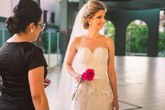 Últimos detalhes para a entrada da noiva... Mayara - Concórdia - SC Fotografia Luan Rambo